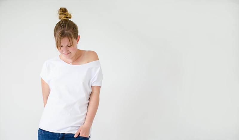 Schlichtes Outfit bestehend aus Jeans und einem weißen selbstgenähten T-Shirt. Es wird beschrieben, wie man ein einfaches T-Shirt aus Jersey nähen kann.