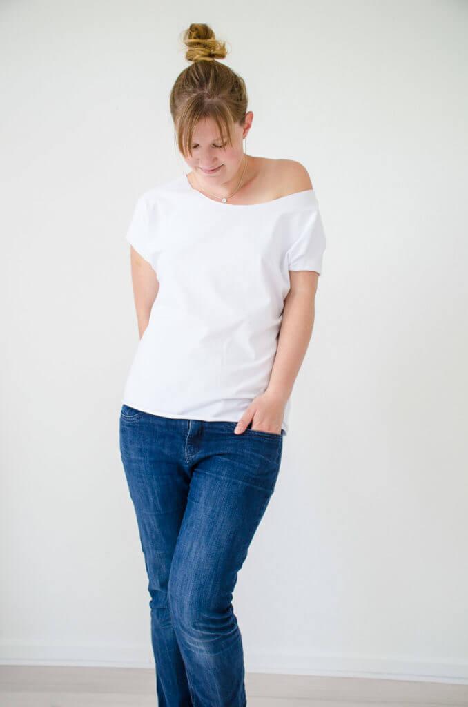 Schlichtes Outfit bestehend aus Jeans und einem weißen selbstgenähten T-Shirt. Basic Tee(n) zum Selbernähen für die DIY Capsule Wardrobe. Ein Must-Have Kleidungsstück für meine Capsule Wardrobe.