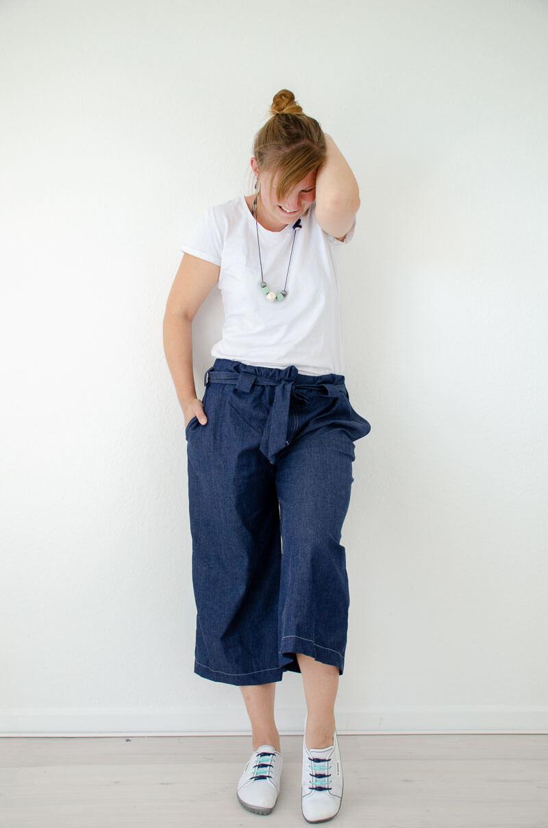 Culotte nähen. Nähbeispiel Culotte aus Jeans mit weißem T-Shirt auf einem Nähblog.