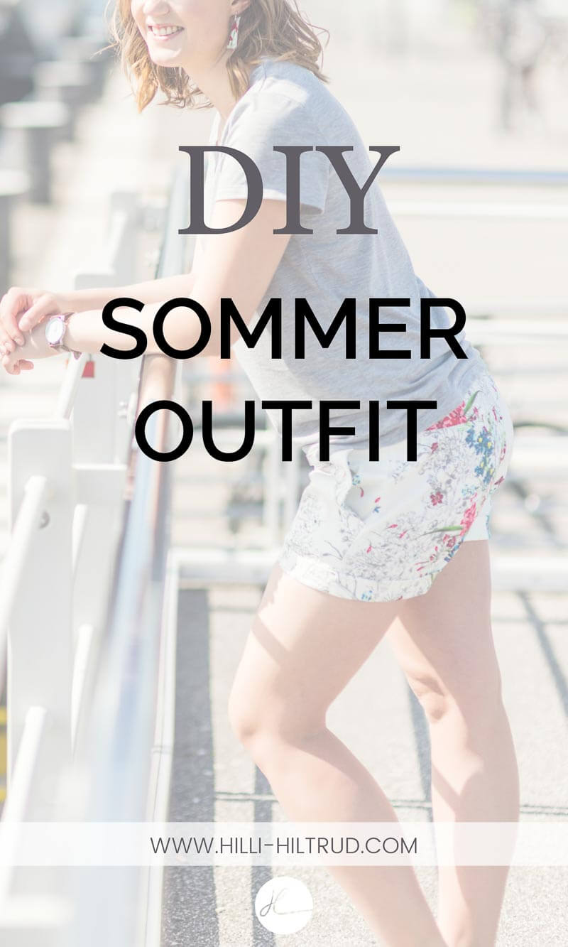 DIY Sommeroutfit graues T-Shirt, weiße kurze Hose mit floralem Printmuster.