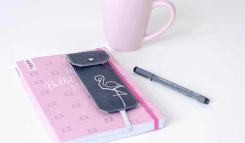 Bullet Diary Nähen Bullet Journal mit Stifteetui mit Flamingo in rosa auf Schreibtisch.