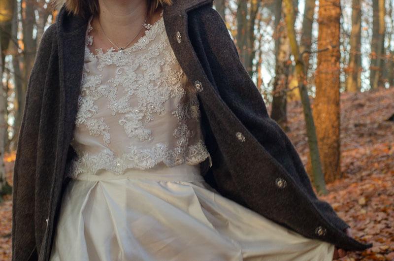 Walklodenmantel zum Brautkleid im Herbstwald. Wollwalk Brautmantel passend zum Hochzeitskleid.