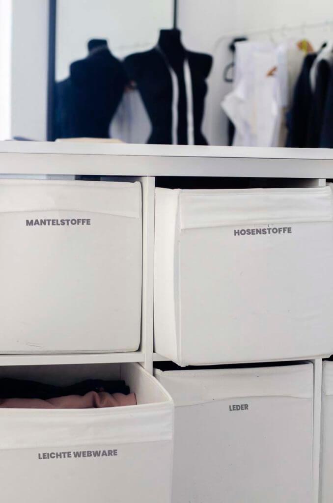 beschriftete Kisten im Stoffregal für mehr Ordnung im Nähzimmer