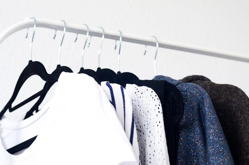 Kleidungsstücke auf Garderobe für eine DIY Capsule Wardrobe zum Selbernähen.