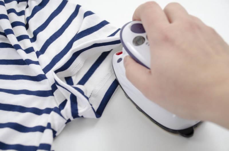 Nähanleitung Step by Step für selbstgenähtes Maritim gestreiftes Basic T-Shirt. Gut gebügelt ist halb genäht.