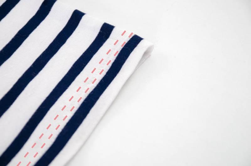 Nähanleitung Step by Step für selbstgenähtes Maritim gestreiftes Basic T-Shirt. Säumen mit der Zwillingsnadel.