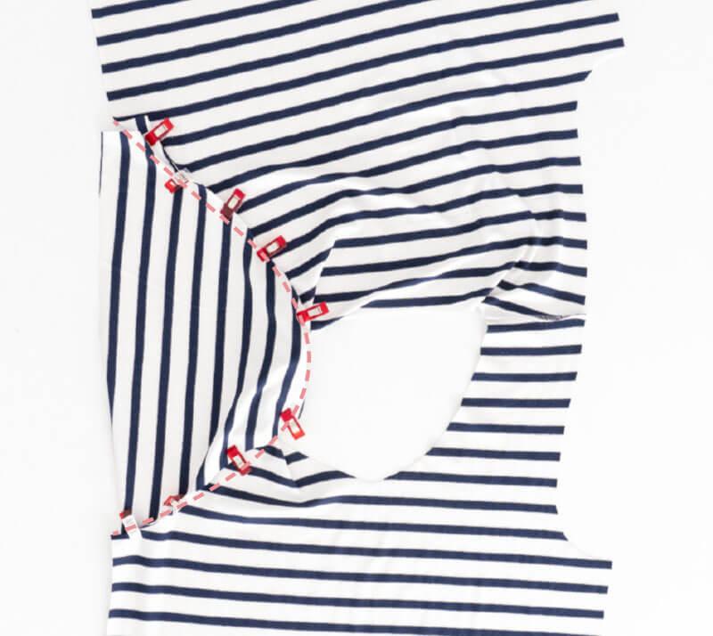 Nähanleitung Step by Step für selbstgenähtes Maritim gestreiftes Basic T-Shirt. Ärmel annähen.