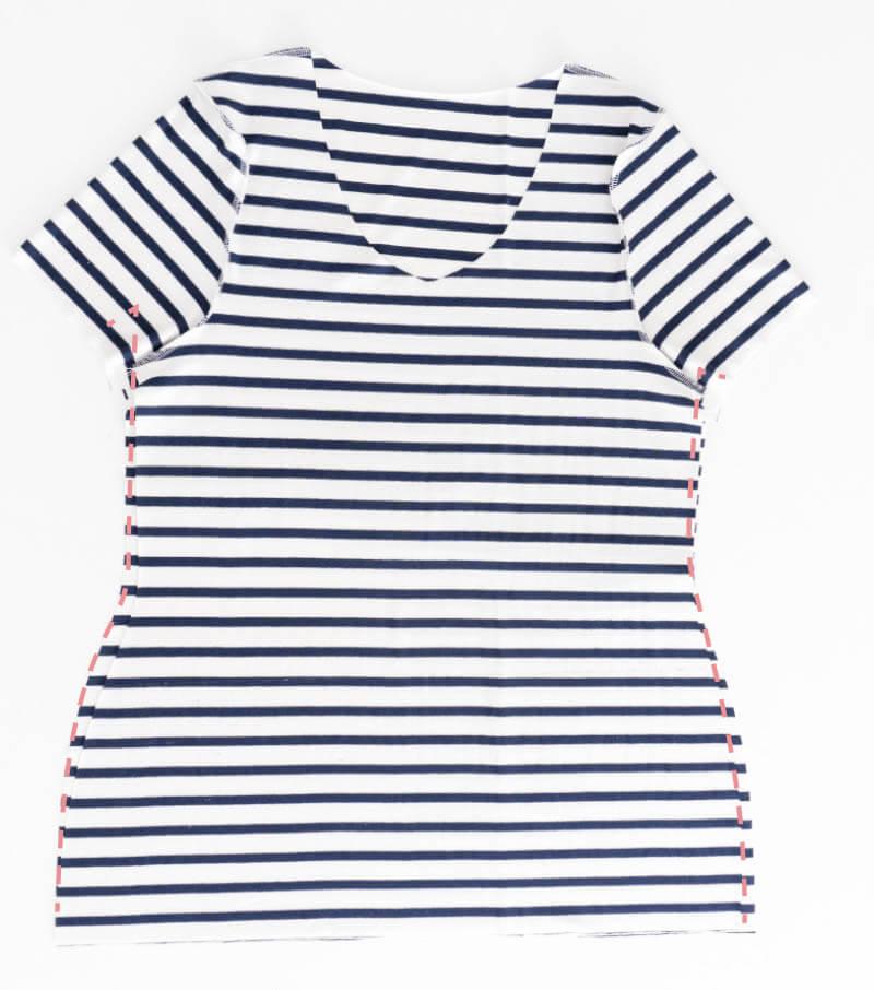 Nähanleitung Step by Step für selbstgenähtes Maritim gestreiftes Basic T-Shirt. Seitennähte schließen.