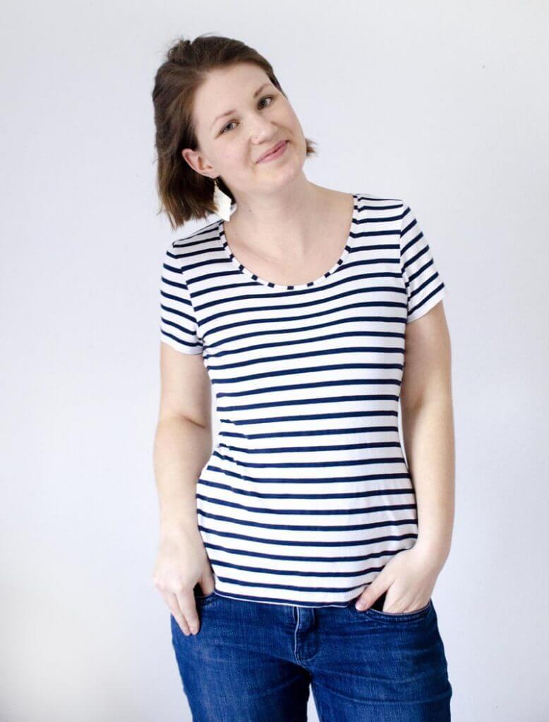 Selbstgenähtes Maritim gestreiftes Basic T-Shirt mit Jeans für eine DIY Capsule Wardrobe.