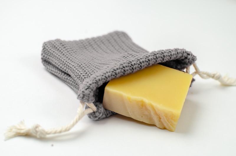 Handgemachte Seife im genähten Seifensäckchen als Zero Waste Geschenkidee zu Weihnachten.