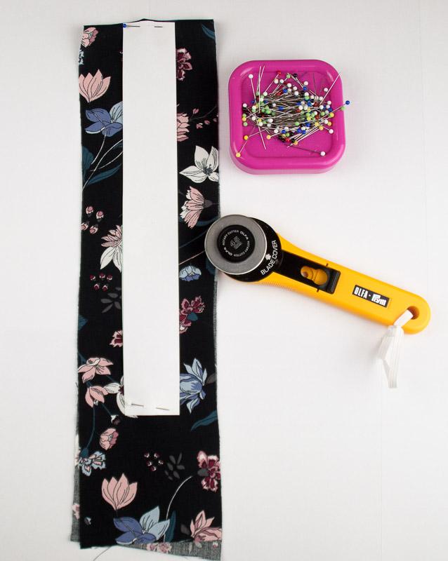 Schablone um Fake Knopfleiste nähen zu lernen mit Rollschneider und Magnetnadelkissen