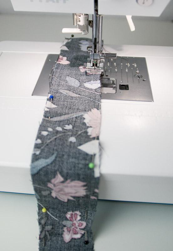 Zusammennähen eines Stoffstreifens für eine selbstgenähte Fake-Knopfleiste