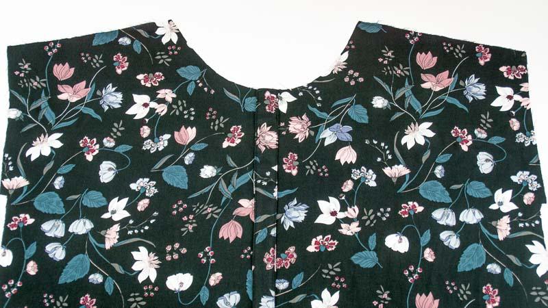 Vorderteil von Sommerkleid mit selbstgenähter Fake-Knopfleiste ohne Knöpfe