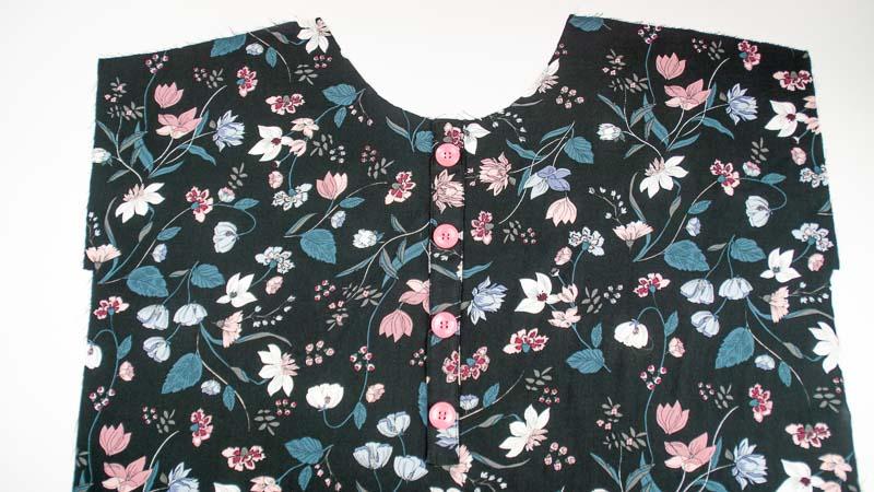 Vorderteil von Sommerkleid mit selbstgenähter Fake-Knopfleiste mit Knöpfen