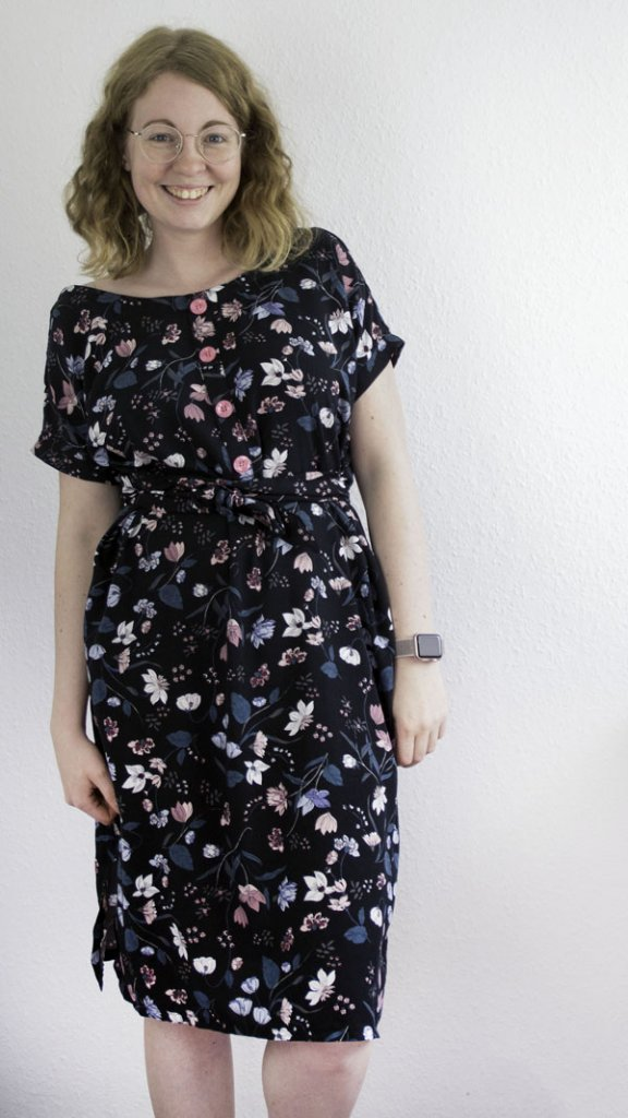 Selbstgenähtes Sommerkleid mit Fake Knopfleiste aus Blümchenstoff
