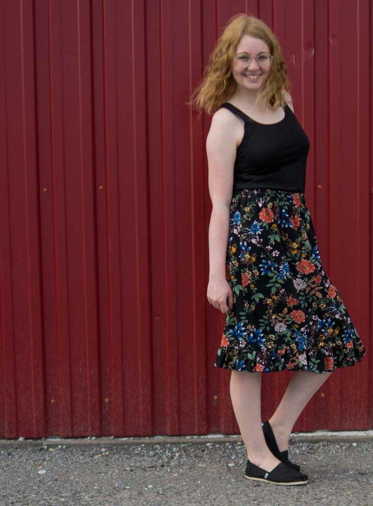 Rock nähen ohne Schnittmuster für Damen - Tragefoto Rüschenrock mit selbstgenähtem schwarzen Jerseytop